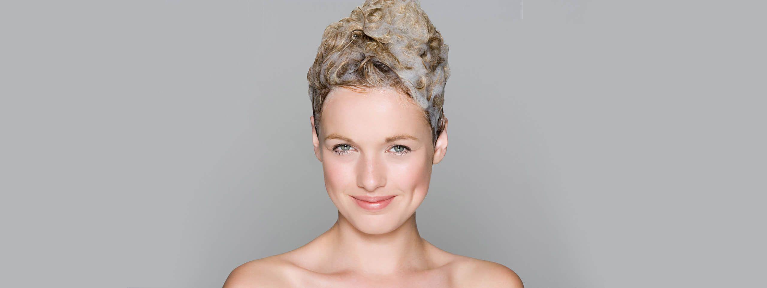 Kobieta z pianką do koloryzacji na włosach