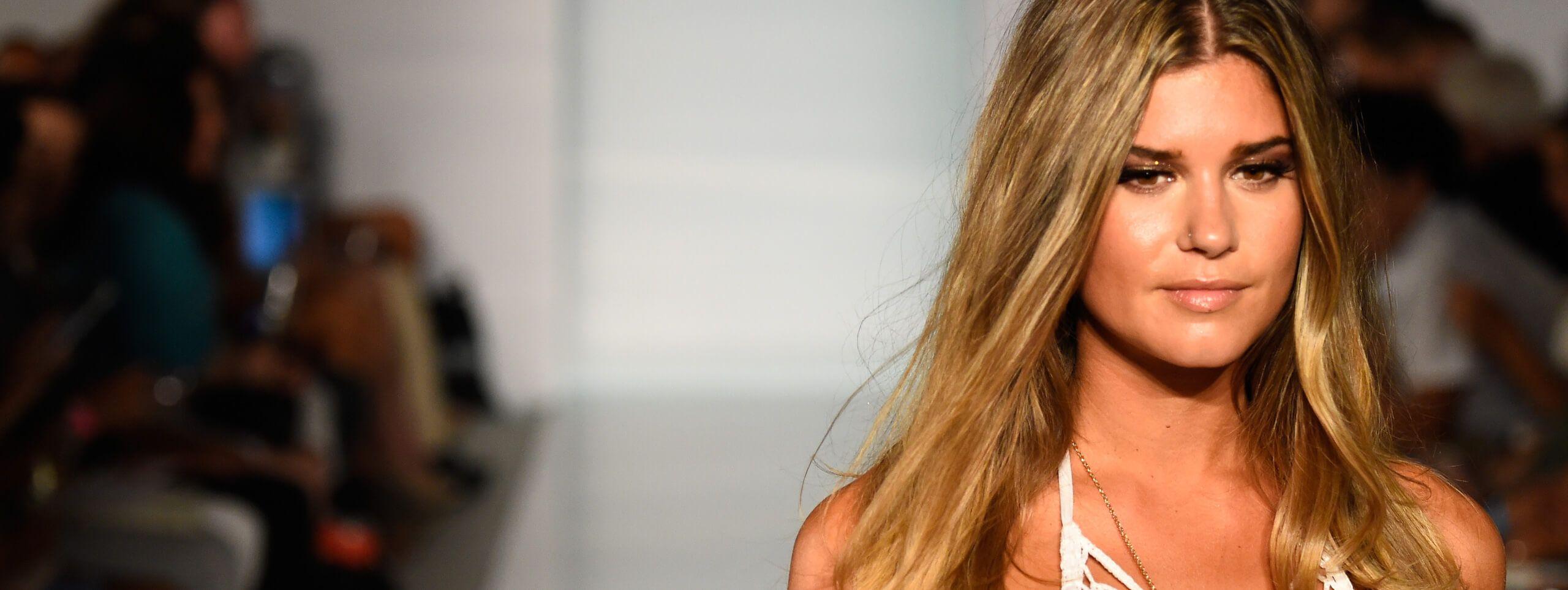 Kobieta z włosami brond