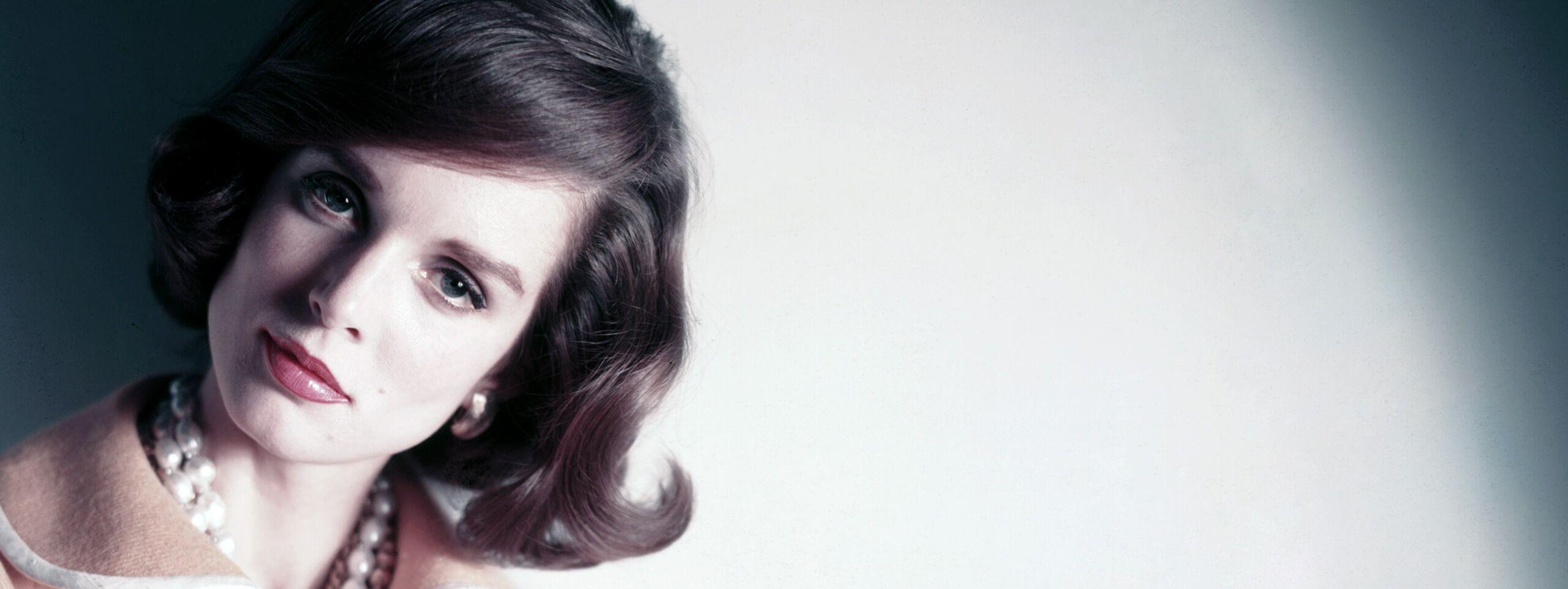 Kobieta z włosami pofalowanymi i ułożonymi w stylu lat 60-tych