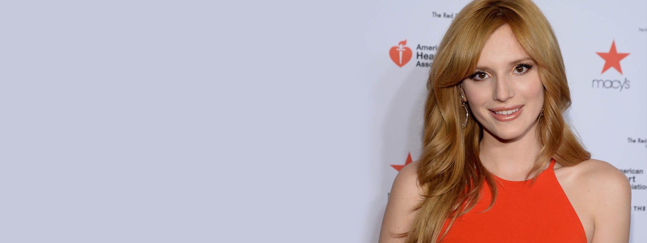Kobieta z włosami w kolorze truskawkowego blondu