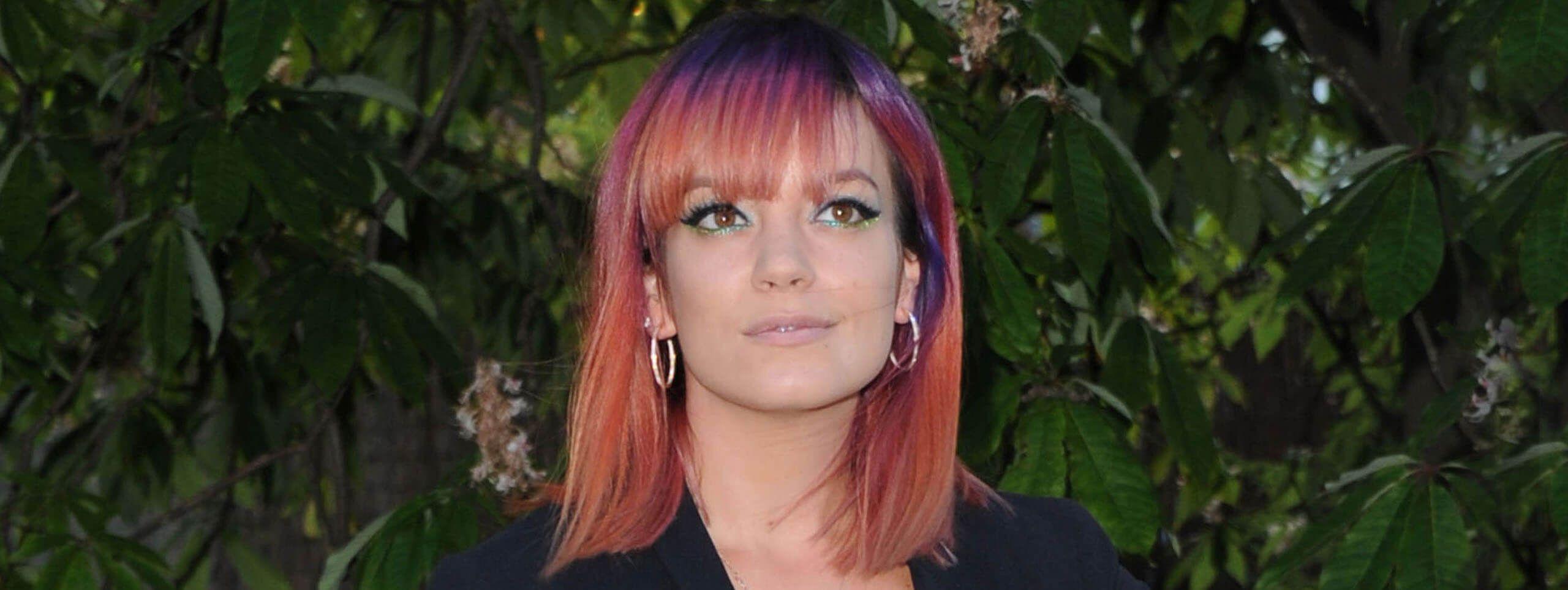 Kobieta z włosami w odcieniach czerwieni i fioletu