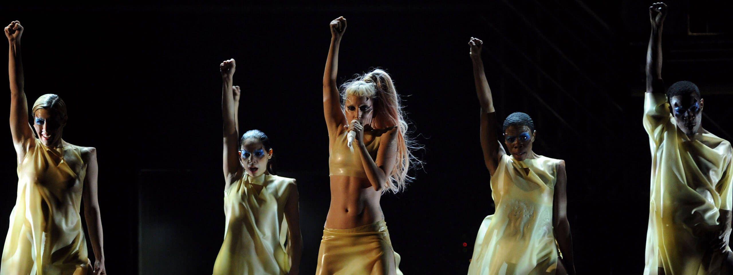 Lady Gaga lunga coda di cavallo centrale e frangia dritta