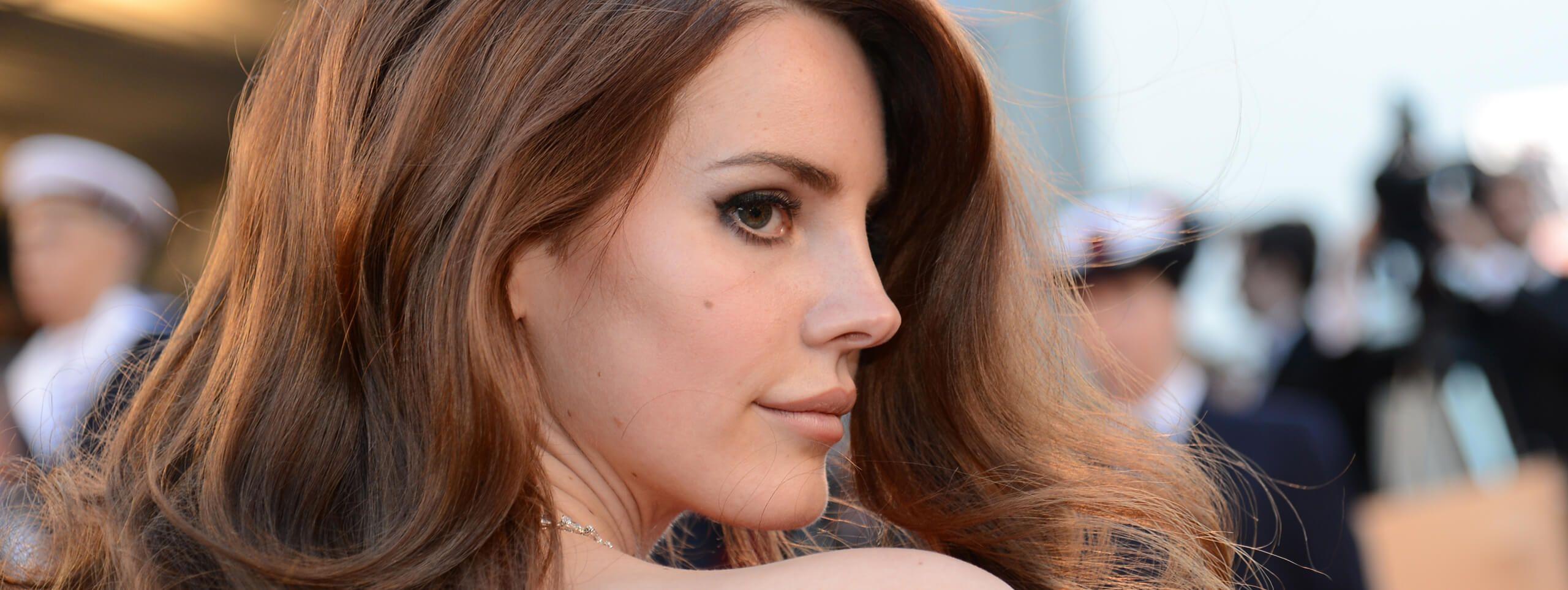 Lana Del Rey z rozpuszczonymi włosami w odcieniu ciemnego blondu