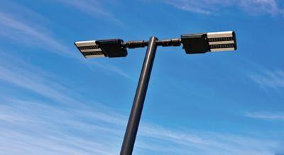 Farola alimentada por LED bajo un cielo azul