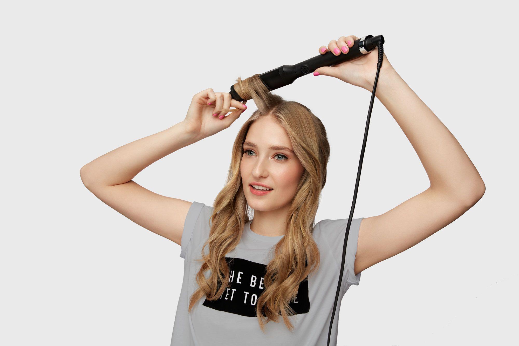 Djevojka duge plave kose koristi figaro