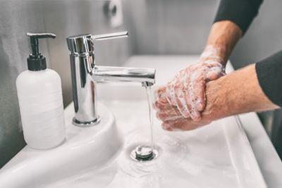 Quitar el super glue las manos con agua jabonosa tibia