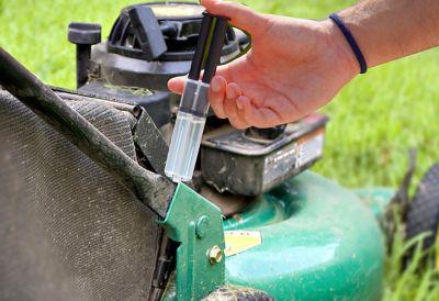 Une seringue auto-mélangeuse assure le mélange entre la résine époxy et l'agent durcisseur.