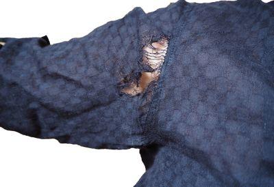 Un homme portant un t-shirt visiblement déchiré.