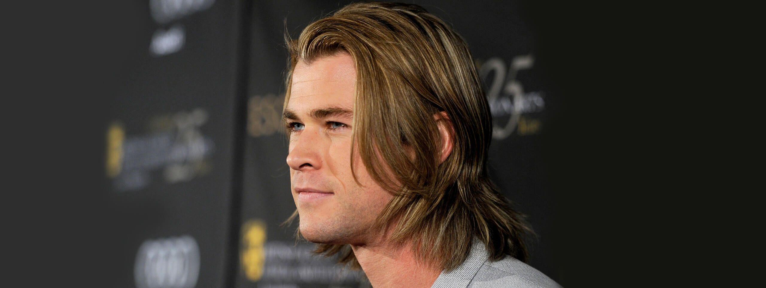 Mężczyzna z długimi blond włosami