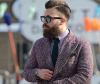 Mann mit Side Cut und Bart