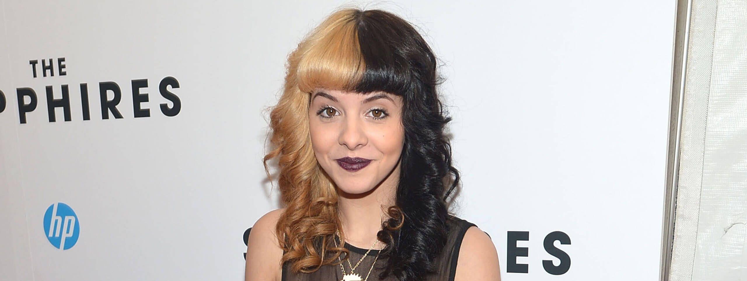 Melanie Martinez z dwukolorowymi włosami