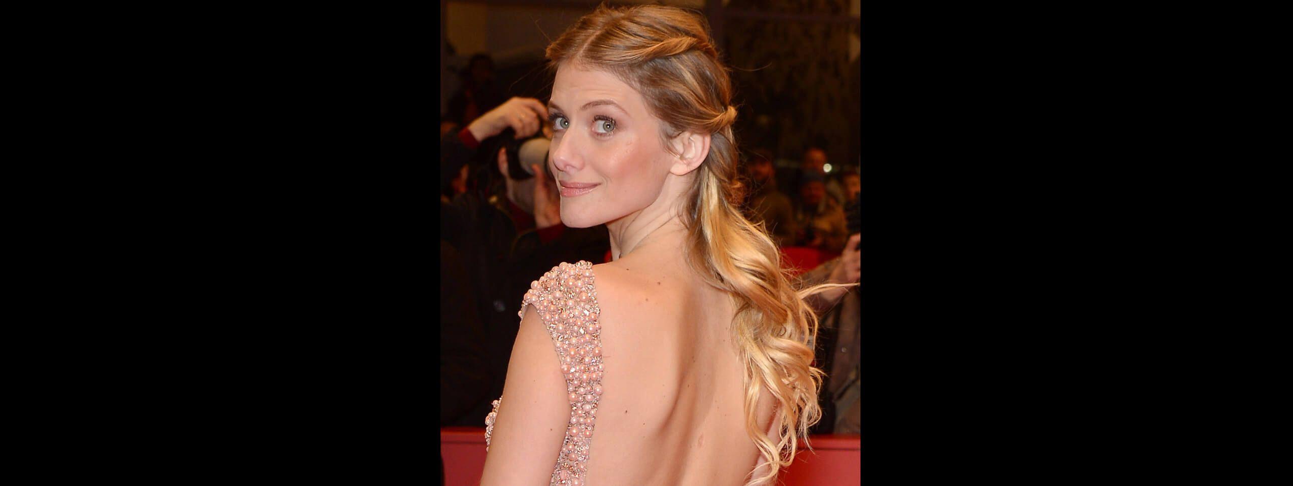 Mélanie Laurant arborant de longs cheveux blonds bouclés