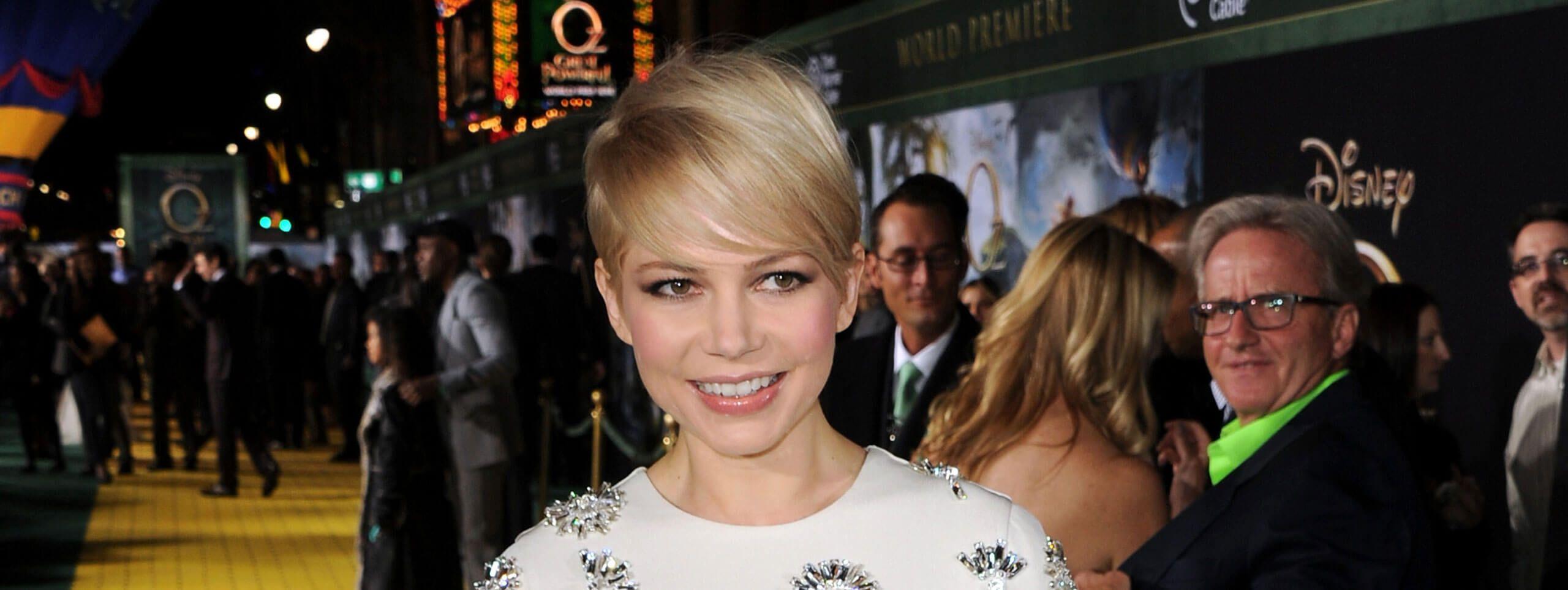 Michelle Williams z krótką blond fryzurą