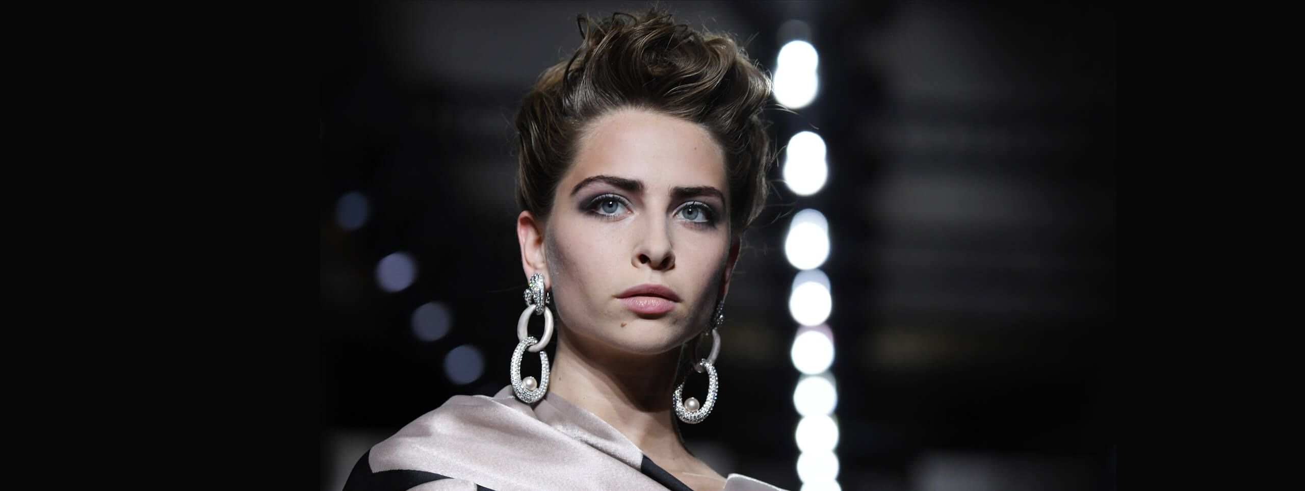 Model with short and wavy hairstyle