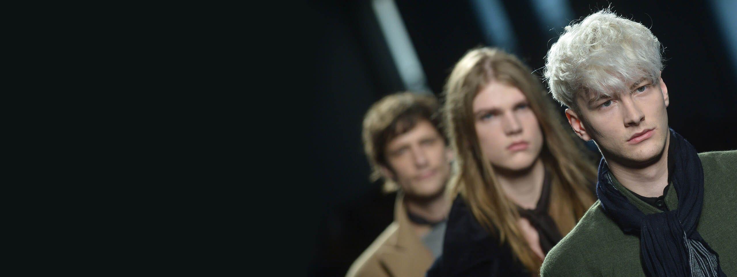 Modele na wybiegu z blond i brązowymi włosami
