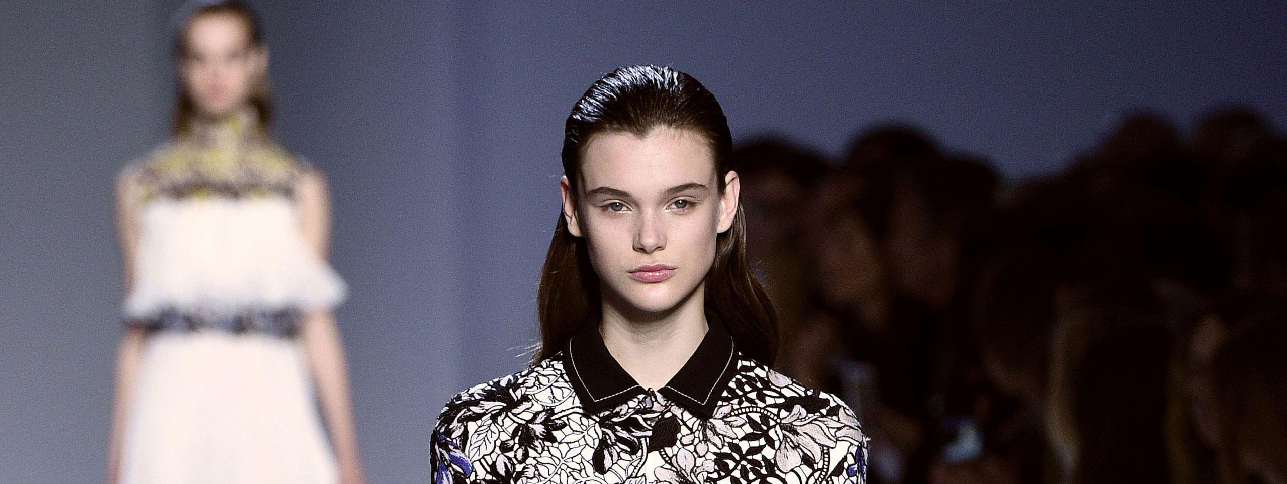 Modelka na wybiegu z fryzurą stylizowaną żelem