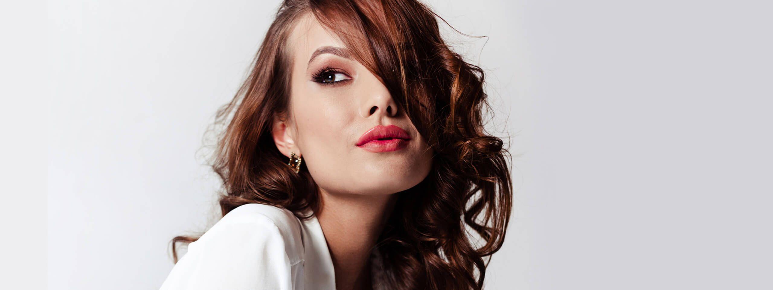 Modelka z błyszczącymi włosami