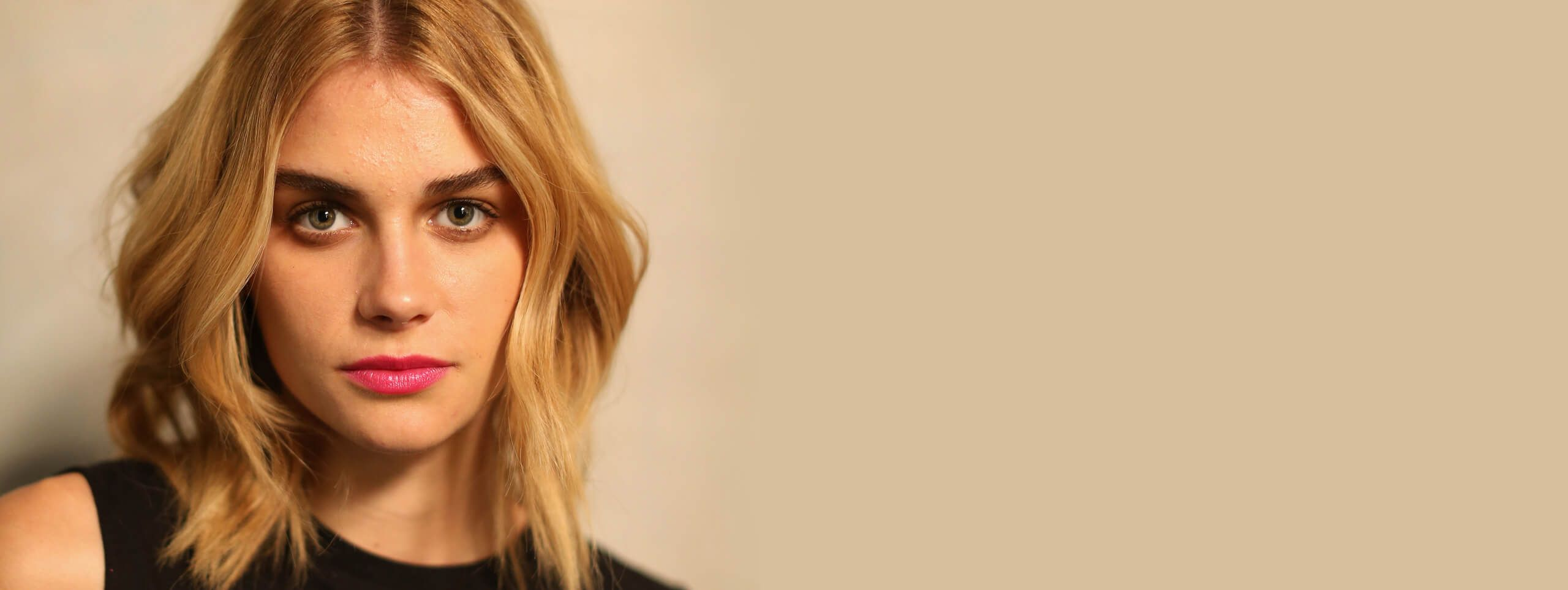 Modelka z blond włosami średniej długości w stylu lat 80-tych
