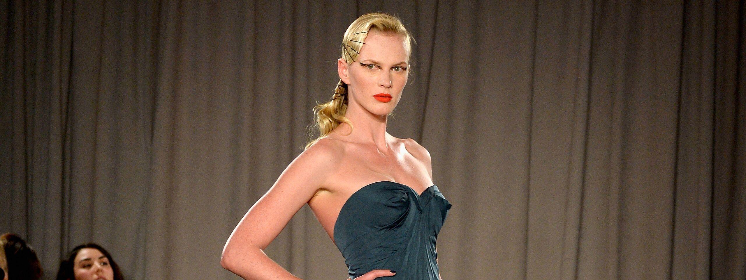 Modelka z fryzurą ze wsuwkami