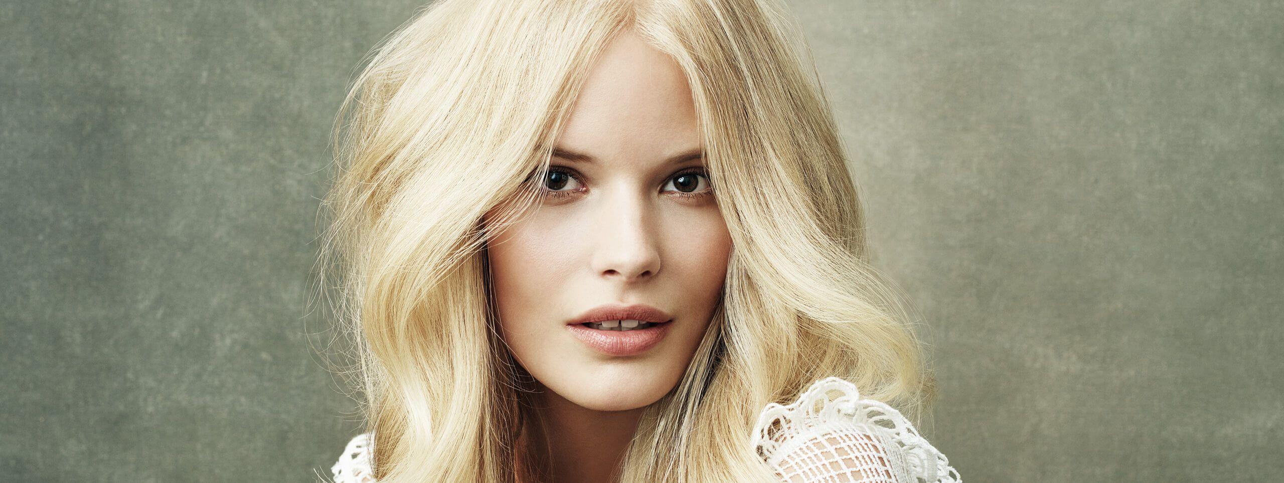 Modelka z jasnymi blond włosami średniej długości
