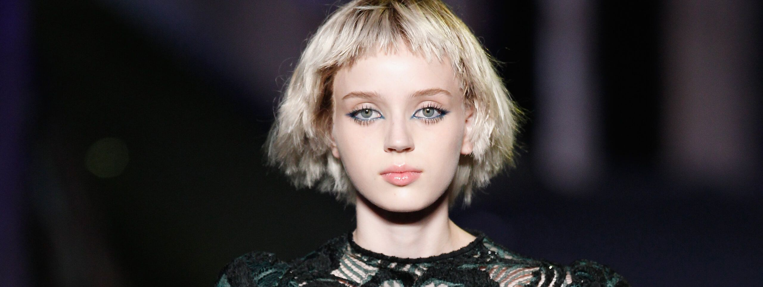 Modelka z oryginalną fryzurą bob stylizowana woskiem