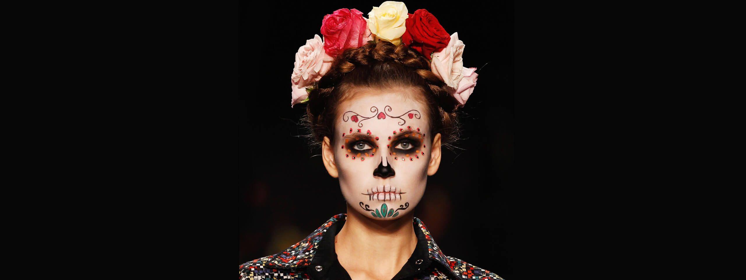 Modelka z plecioną fryzurą z opaska z kwiatów i makijażem w stylu Halloween
