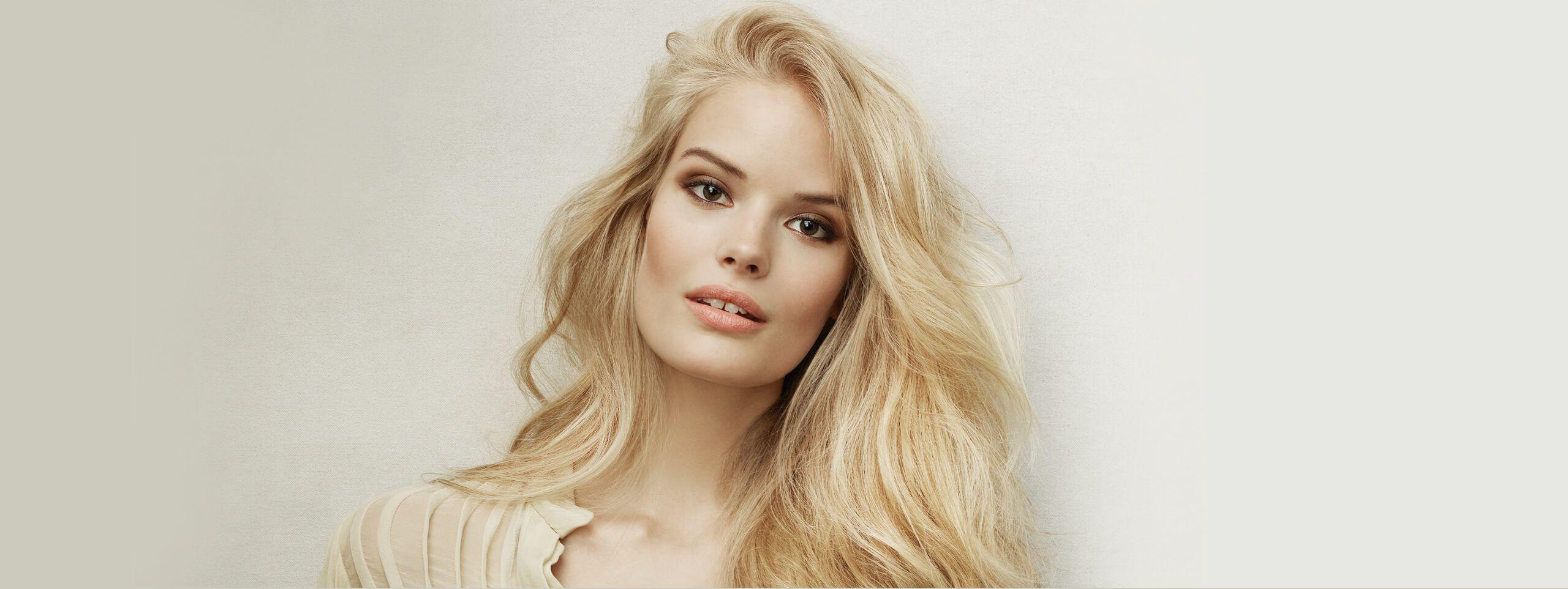 Modelka z rozpuszczonymi blond włosami