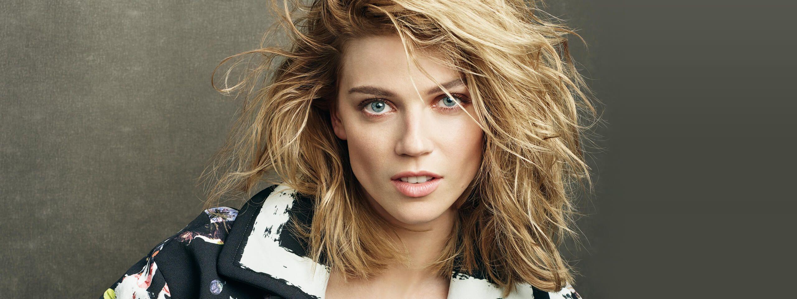 Modelka z rozwianymi blond włosami