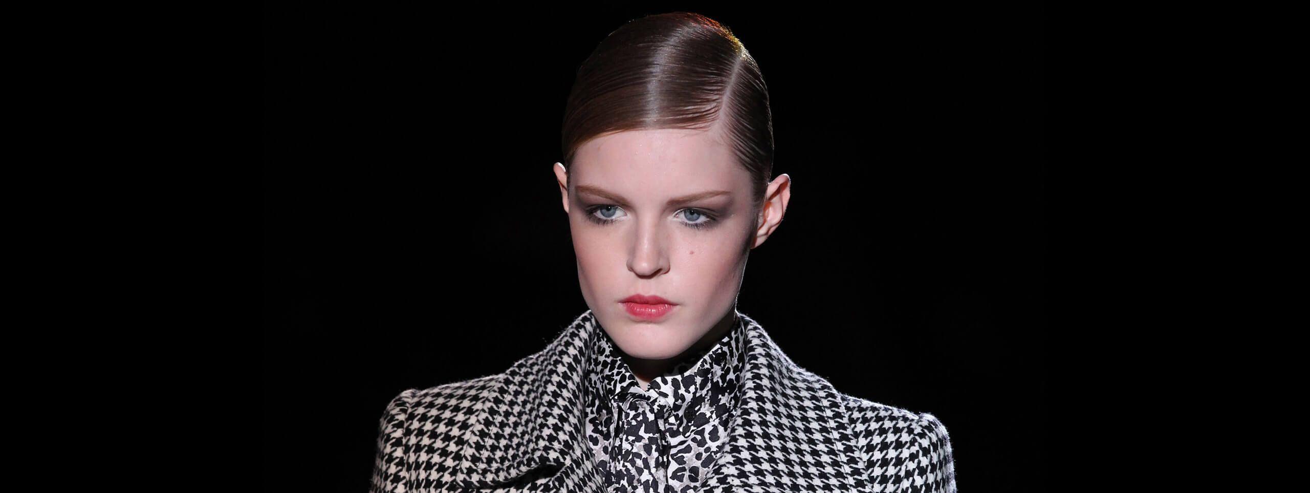 Modelka z włosami gładko zaczesanymi z przedziałkiem