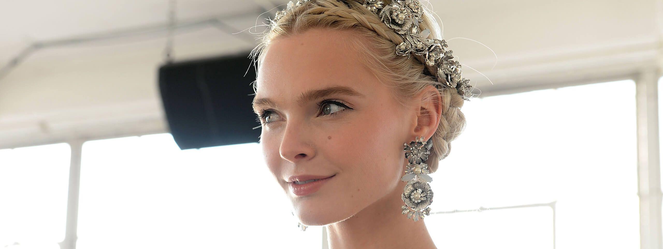 Modelka ze ślubym upięciem i srebrnymi ozdobami we włosach