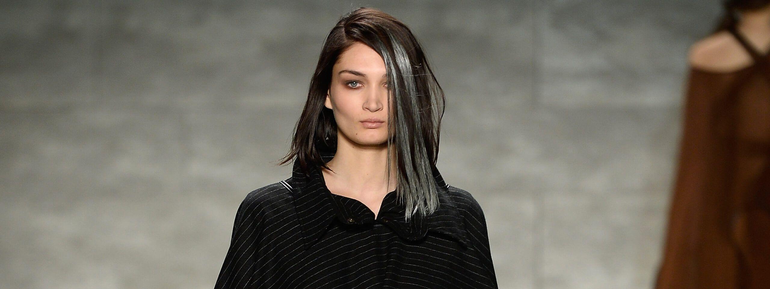 Modelka ze srebrnymi pasemkami na ciemnych włosach