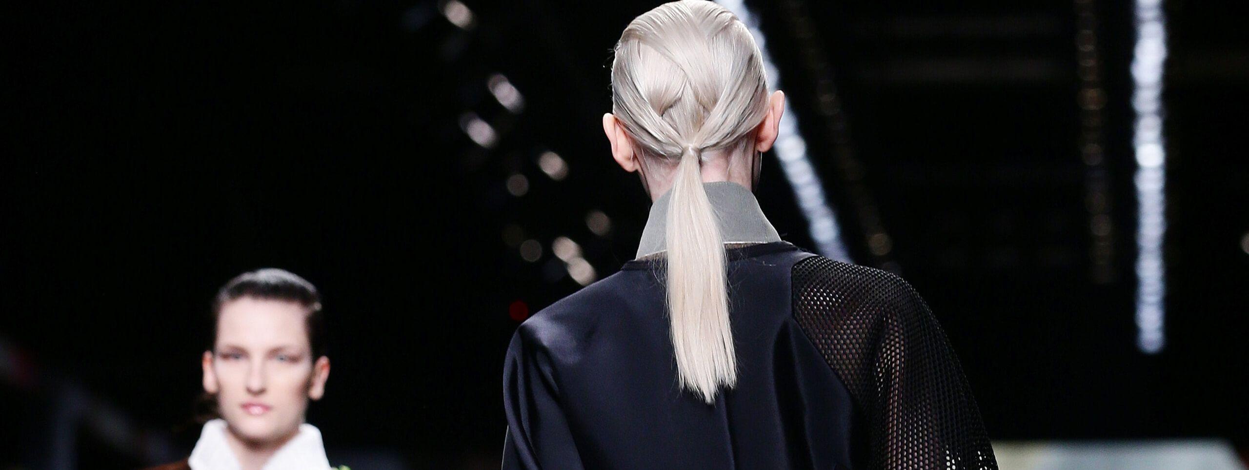 Modella acconciatura coda di cavallo biondo platino