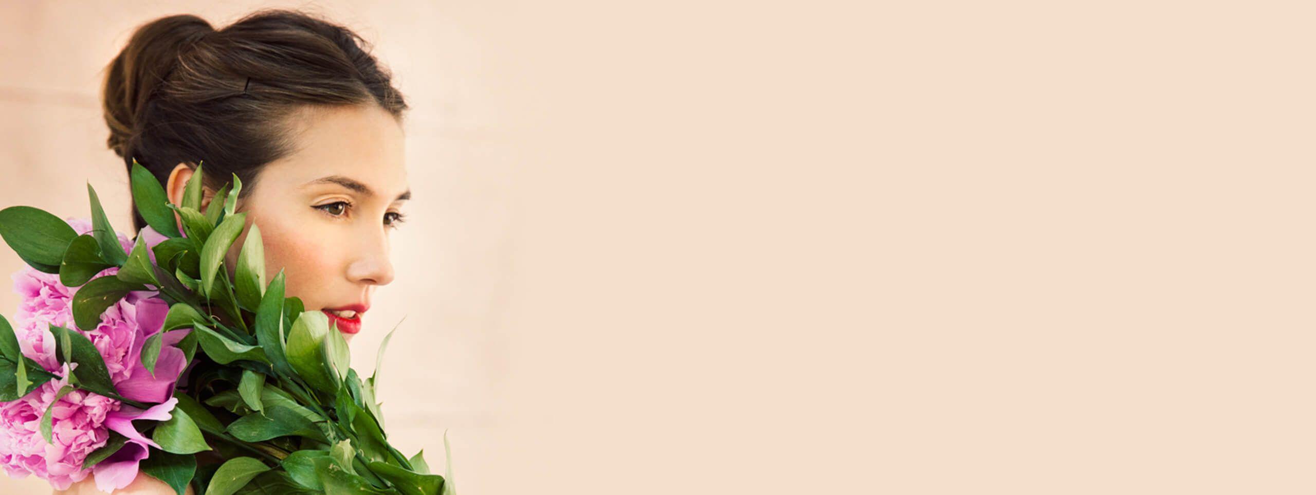 Modella acconciatura sposa chignon fiori