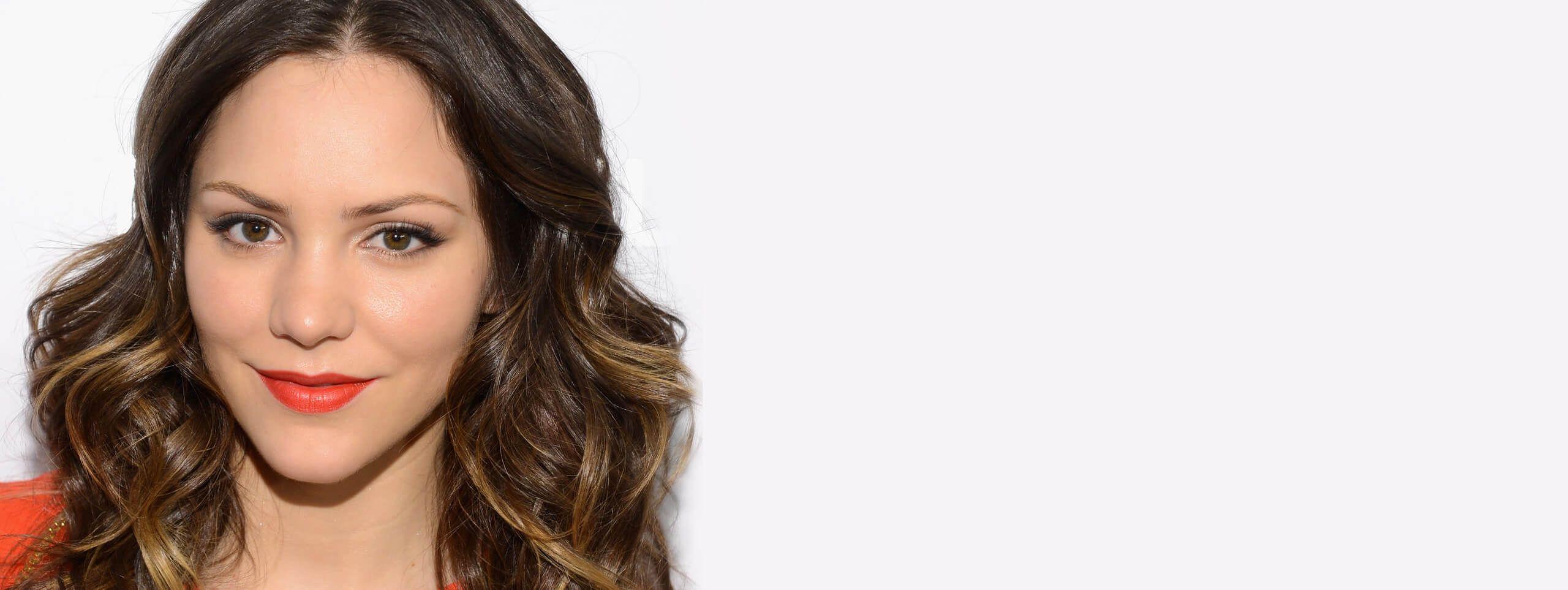 Modella con acconciatura capelli ricci castani
