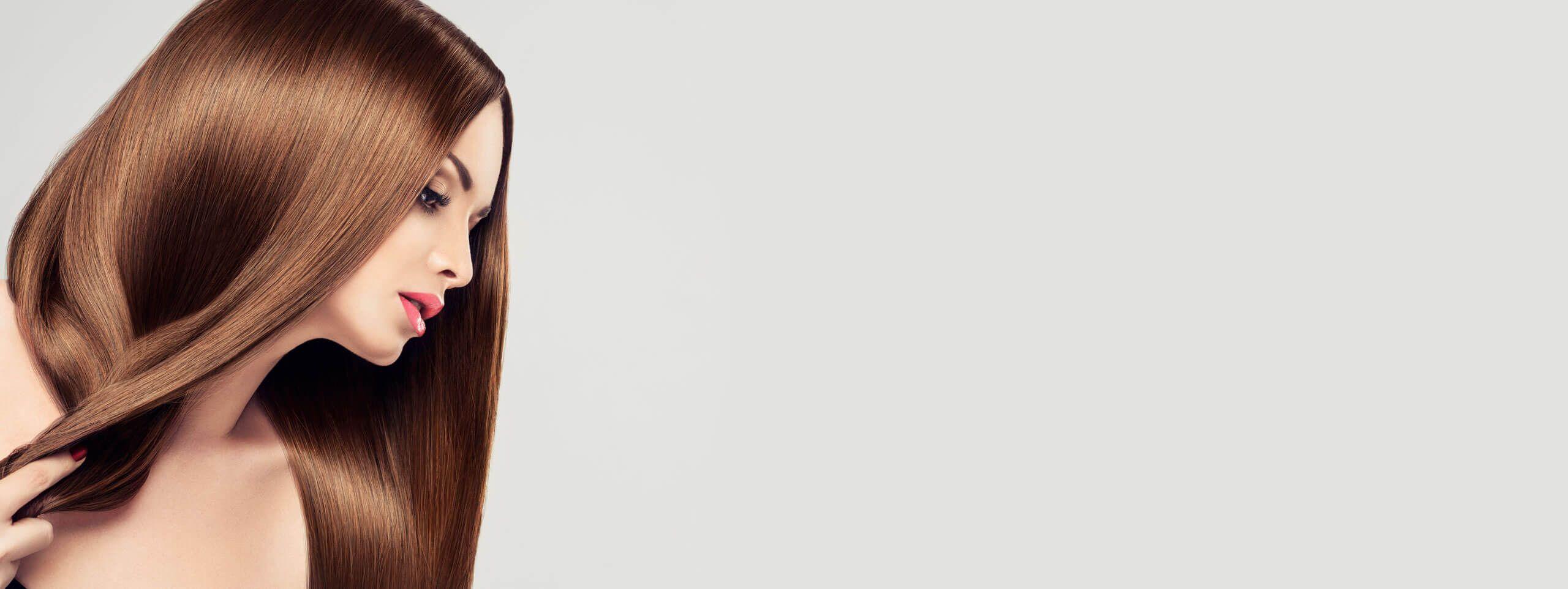 Cura dei capelli: modella con capelli lunghi castani fluidi e lucenti