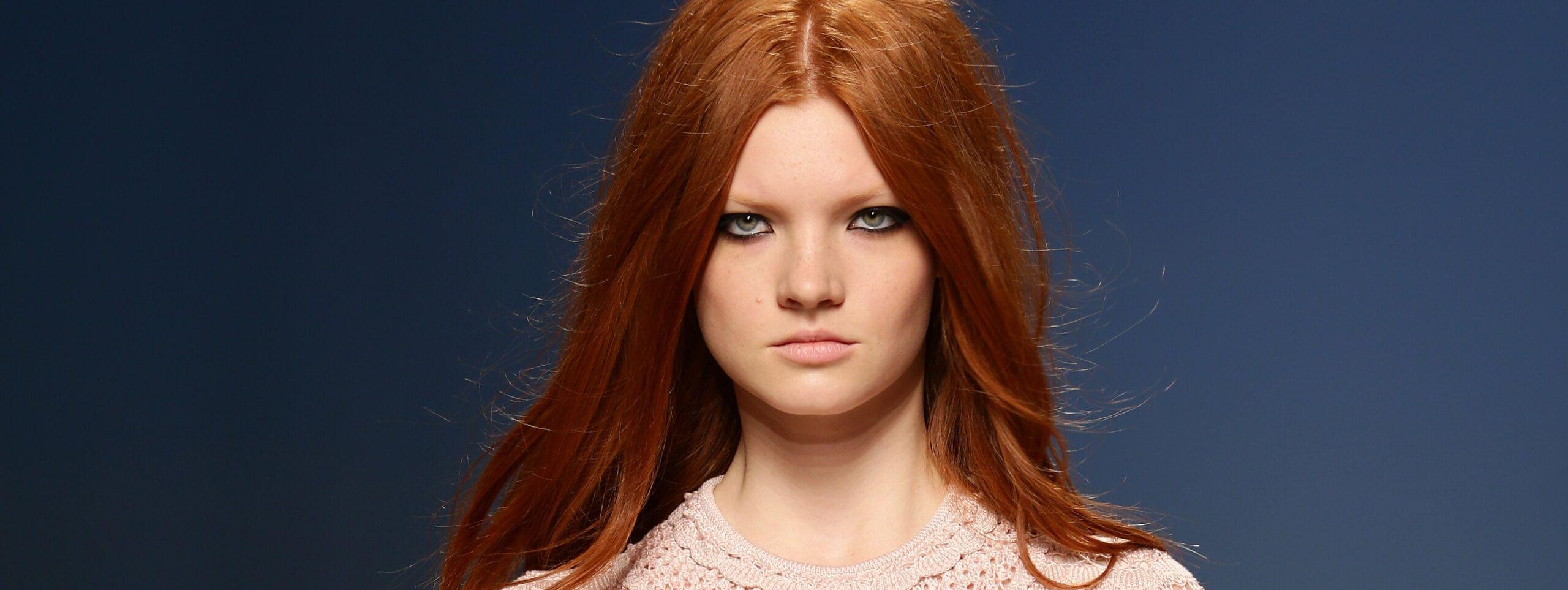Modella con capelli rossi tendenza tinta