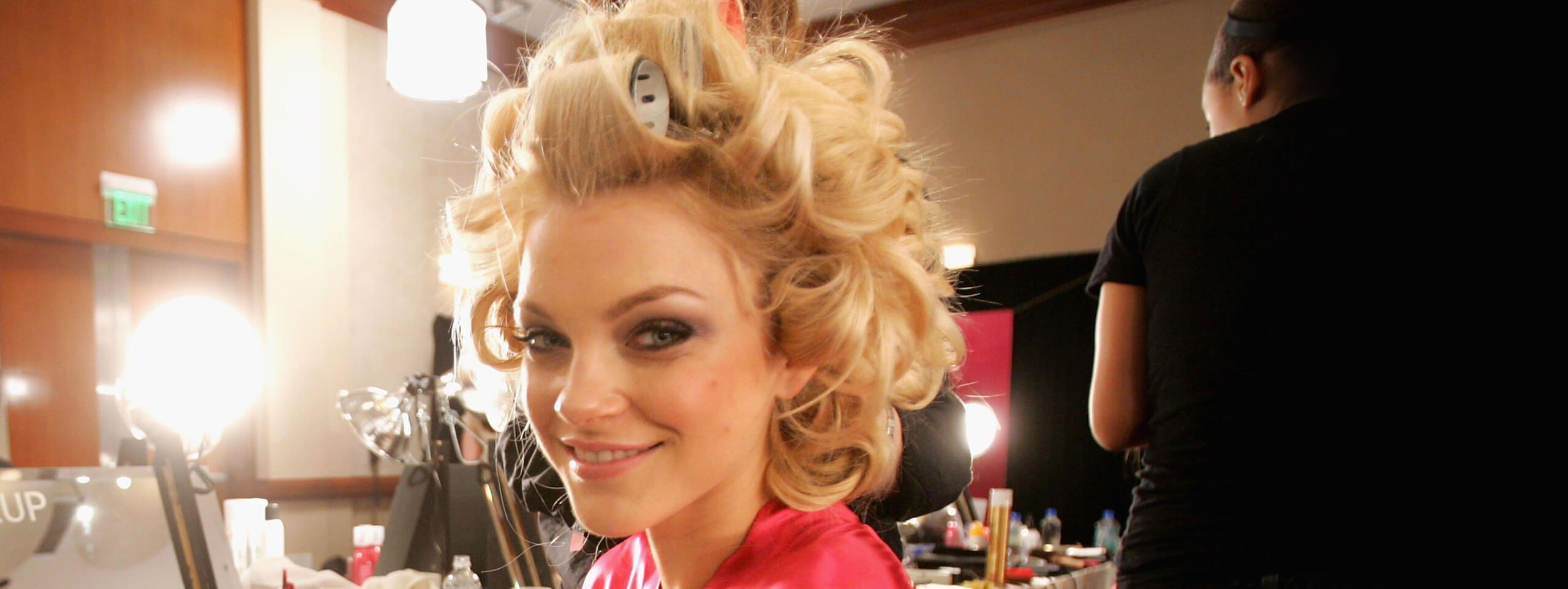 Modella di Vittoria Secret's acconciatura con capelli biondi ricci