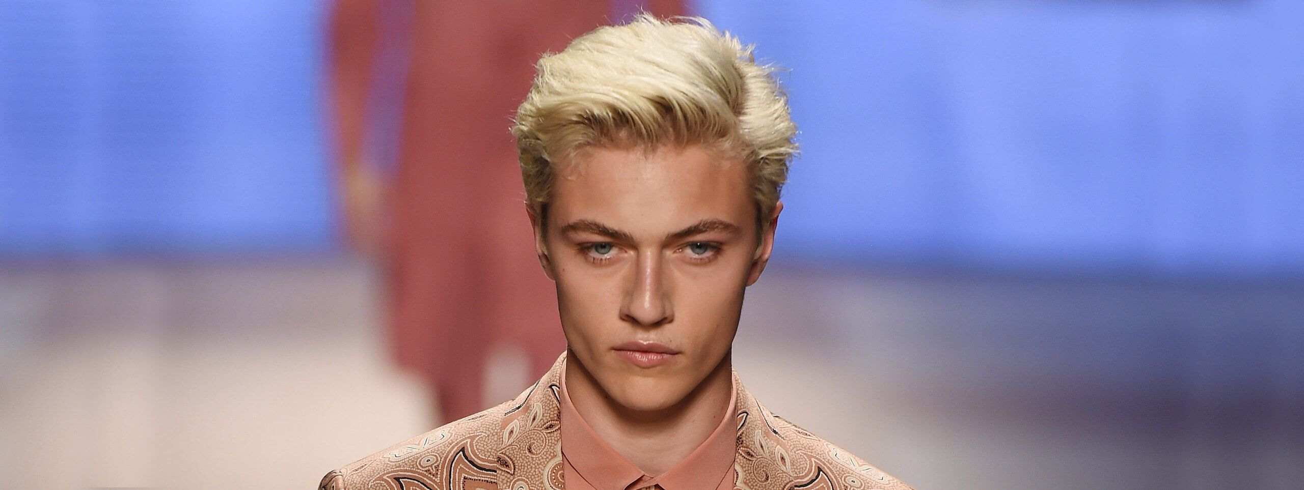 Modello Milano moda uomo taglio biondo trend
