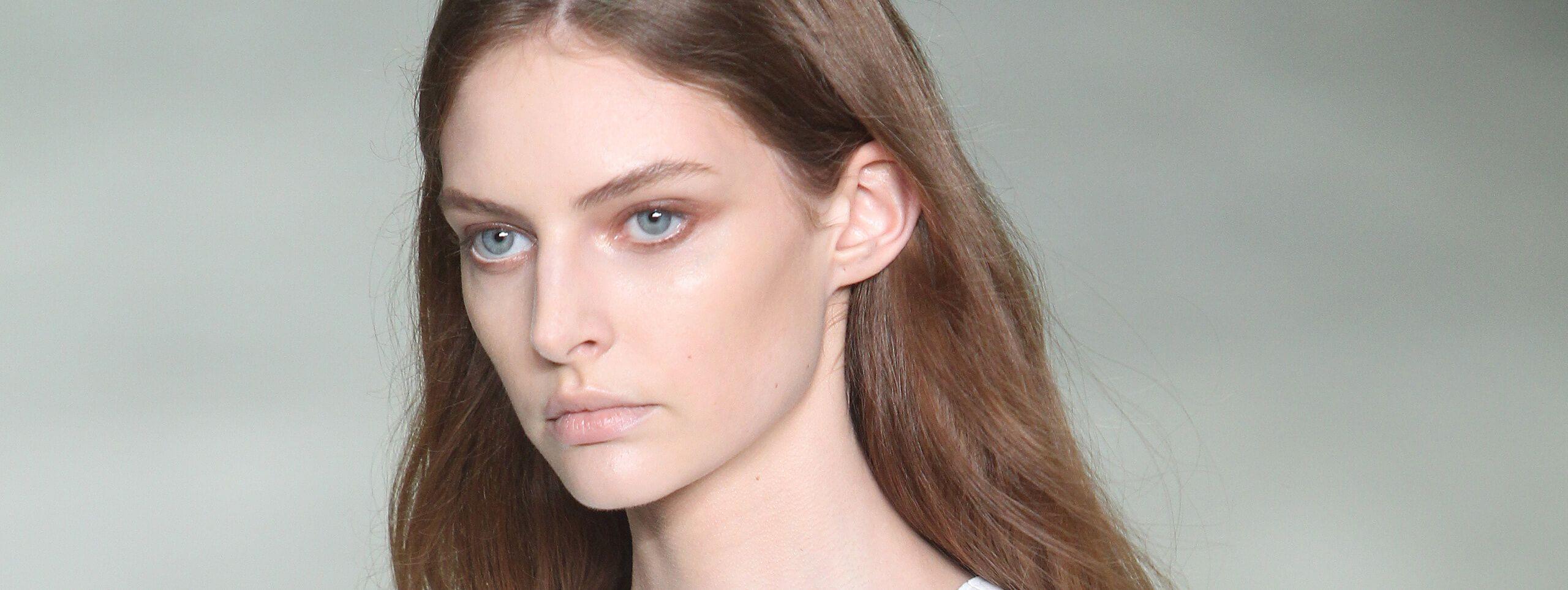 Modelo color de cabello castaño pelo suelto
