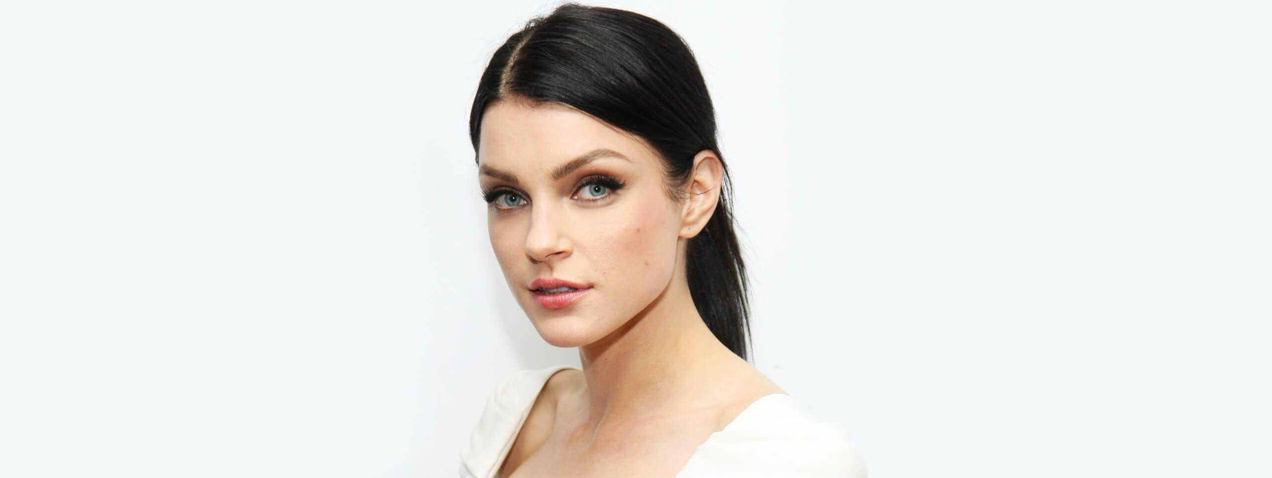 Modelo color de pelo negro con recogido