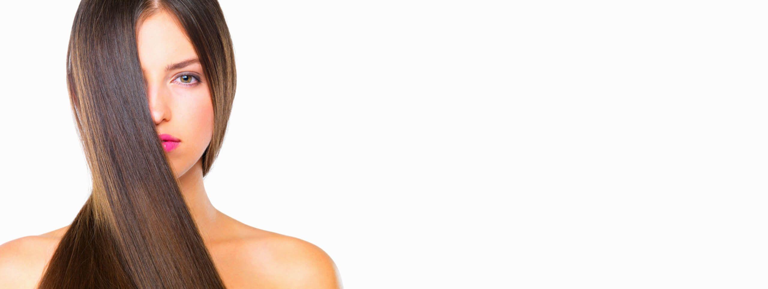 Modelo con cabello liso y brillante color pelo castaño