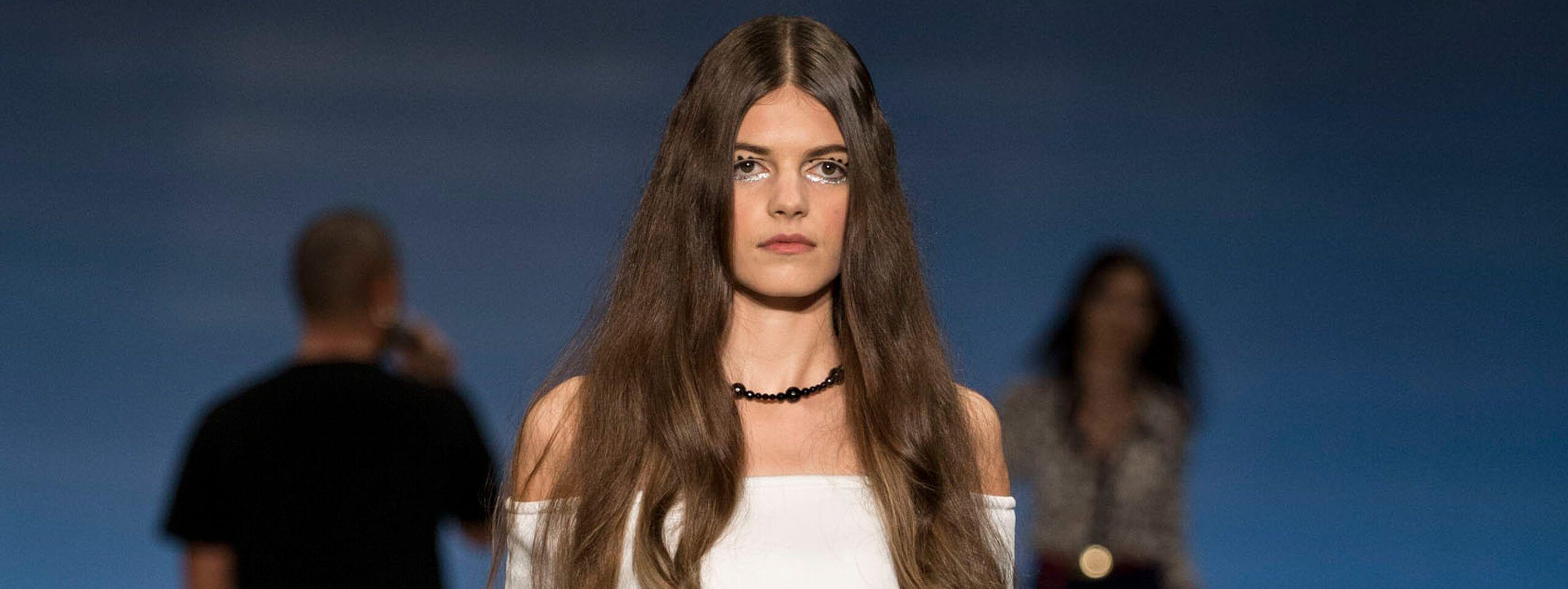 Modelo pelo largo color de cabello natural