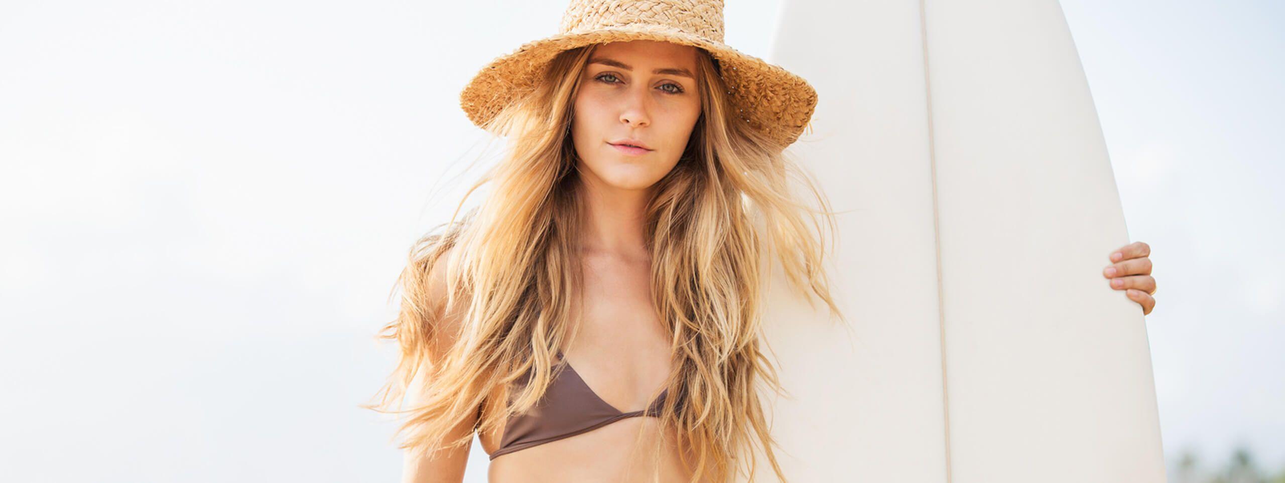 Modelo pelo largo en la playa
