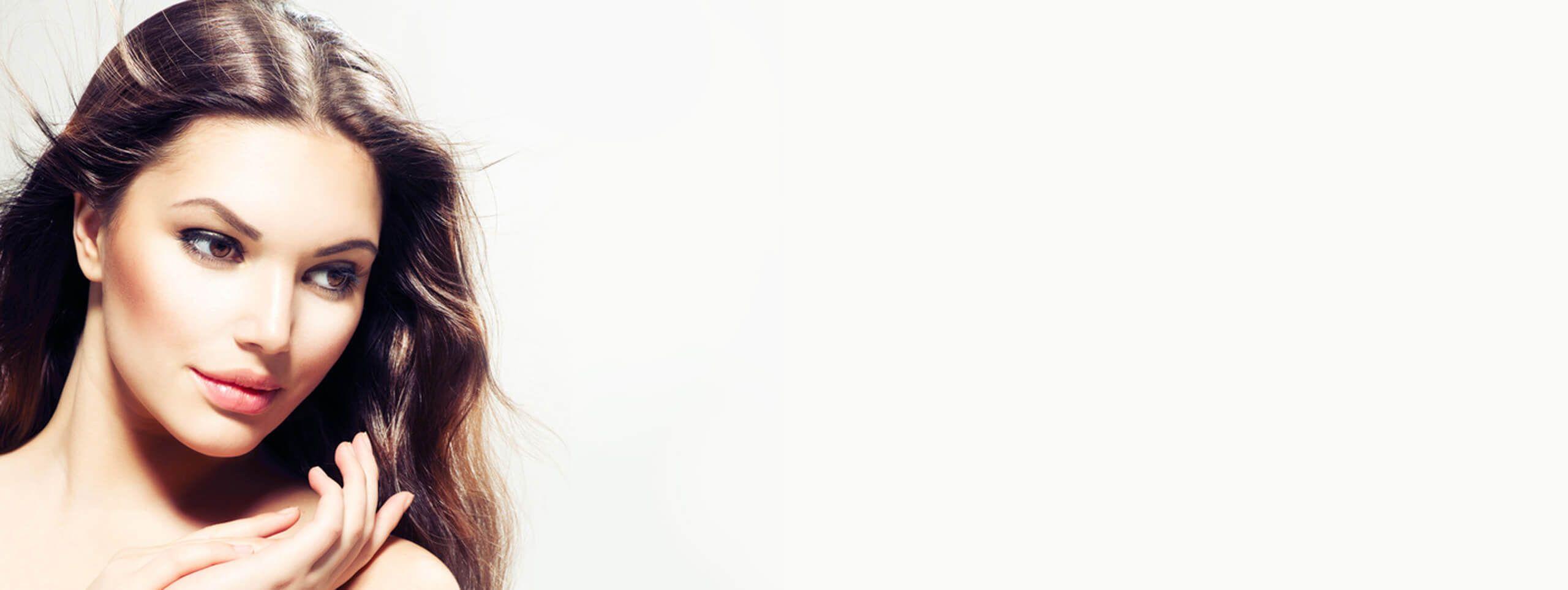 Modelo raya en medio cabello sano y pelo castaño oscuro