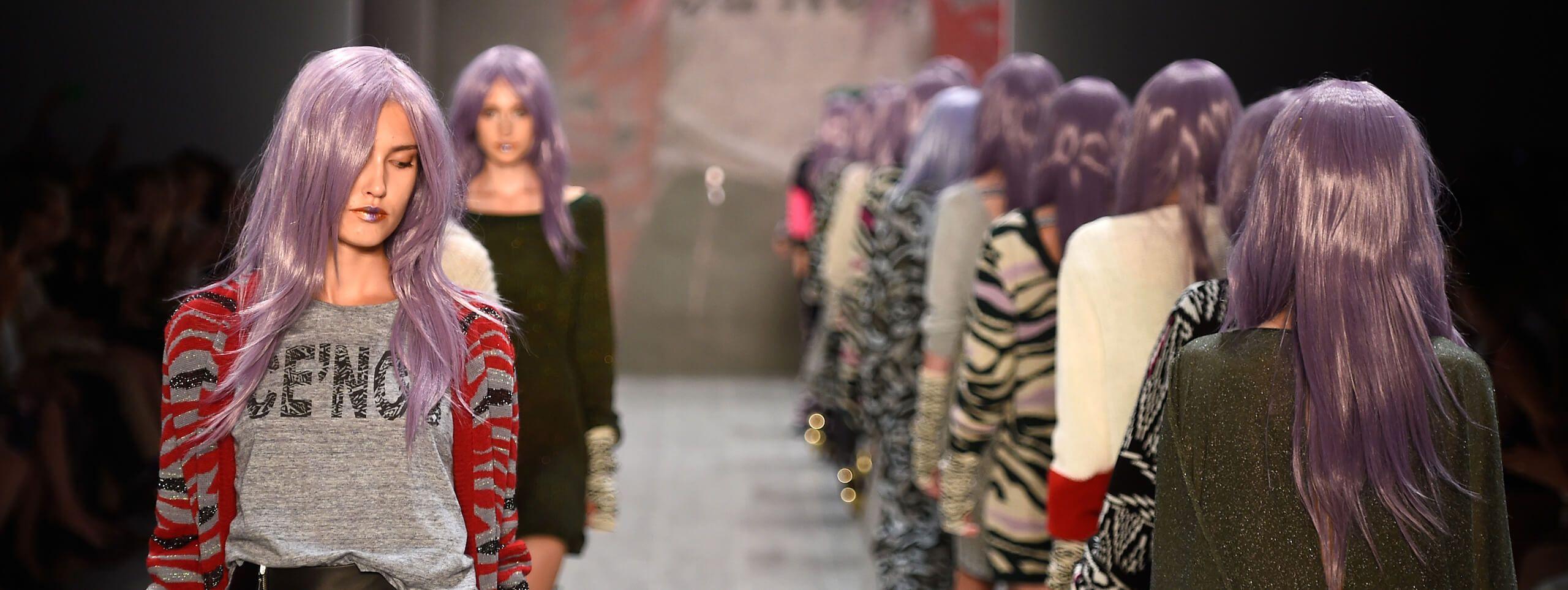Modelos pasarela con color fantasía de pelo morado