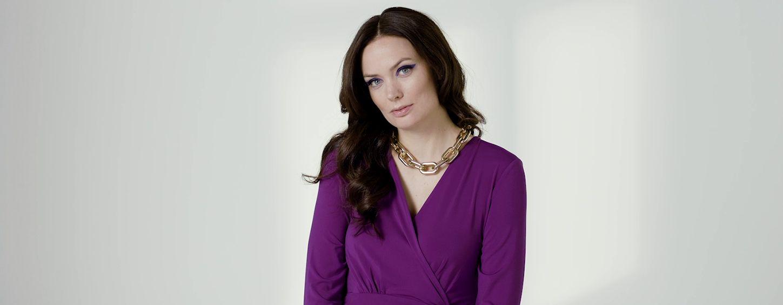 Ženska v vijolični obleki