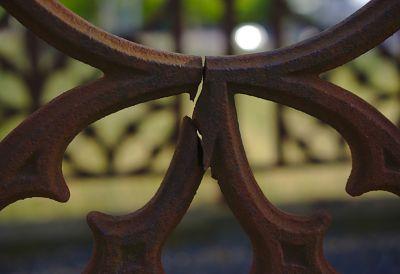 An einem Metallzaun ist eine Spitze abgebrochen