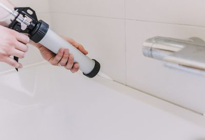 Silikonpistolen-Anwendung, Verfugung einer Badewanne
