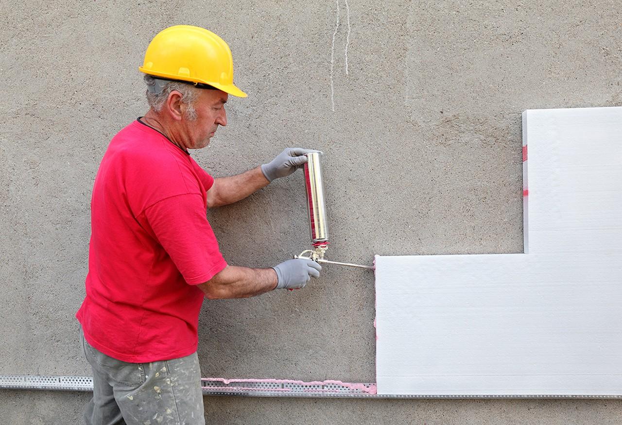 Kartuschenpistolen-Anwendung an einer Mauer