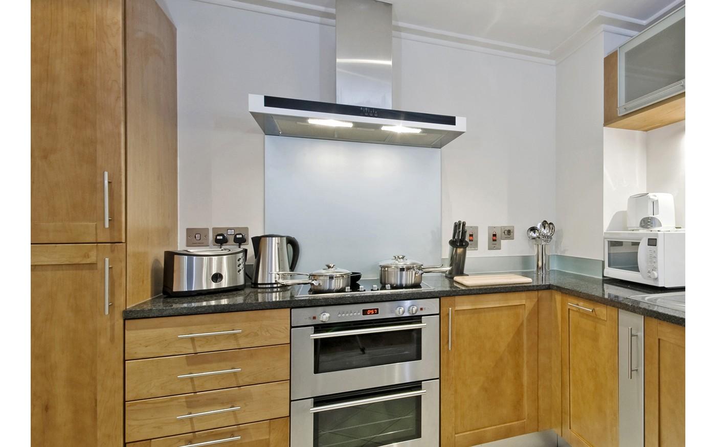 Küchenrückwand aus Milchglas/Edelstahl in einer modernen Küche